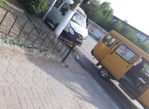 В центре Волжского столкнулись две маршрутки