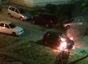 Эксклюзивное видео: дорогую иномарку умышленно подожгли в Волжском