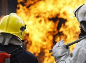 Сто квадратных метров кровли гаража сгорело в Волжском