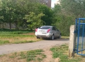 Неказистый автохам нарушил все правила парковки у детского сада в Волжском