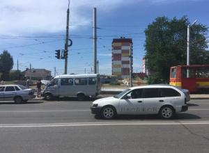 Маршрутка №16 разбилась вдребезги на проспекте Ленина в Волжском