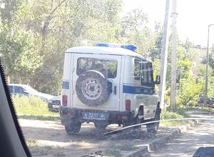 Припаркованный на зеленой зоне полицейский «уазик» возмутил водителя из Волжского