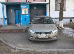 Парковка у входа в подъезд жилого дома взбесила волжан