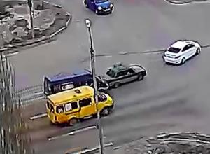 Маршрутка догнала «ВАЗ» в Волжском