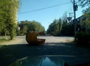 Раскуроченный киоск оказался на проезжей части в Волжском