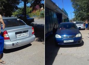 Автохамы устроили парковку на пешеходных тротуарах в Волжском
