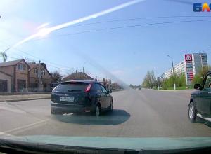 Наглые автохамы забили на светофор в Волжском