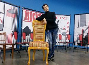 Киса Воробьянинов показал стул, сделанный в 12-й колонии для премьеры «12 стульев» в Волжском