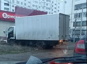 Волжанин снял на видео верх автохамства: грузовик перекопал зеленую зону и тротуар