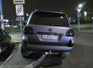 Автохам наплевал на пешеходов в Волжском