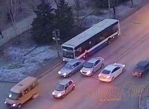 Понтовщик на «ВАЗе» подрезал пассажирский автобус в Волжском