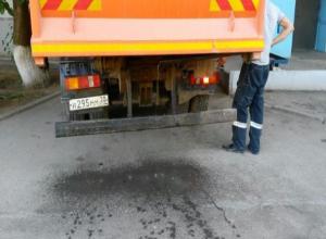 Волжан возмутил мусоровоз, который оставляет зловонную жидкость после своей «уборки»