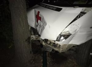 Скорая помощь влетела в дерево, задев иномарку, в которой находились маленькие дети в Волжском
