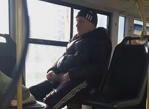 Дрочун с покерфейсом «покорил» старый автобус в Волжском