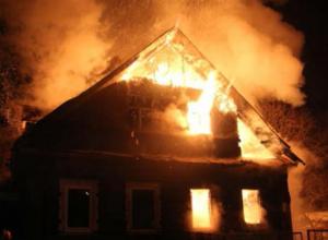 Поздно ночью вспыхнул дачный дом в Волжском