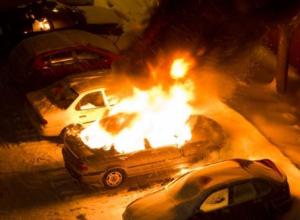 Новая иномарка сгорела среди ночи в Волжском