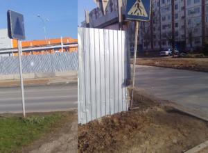 Отсутствие разметки и плохая видимость пешеходного перехода создали затруднения на дороге в Волжском