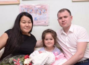 Любящие родители поздравили свою доченьку с пятилетием