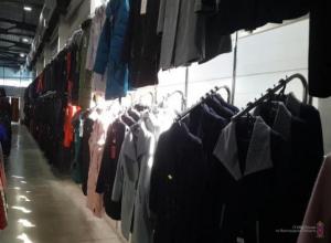 Кучу немаркированной одежды почти на 3,5 миллионов рублей обнаружили в Волжском