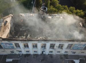 Дымящееся здание волжского стадиона сняли с высоты птичьего полета
