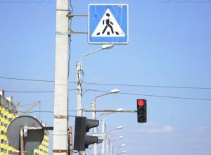 Неизвестная женщина пострадала от автомобиля, перебегая дорогу в Волжском