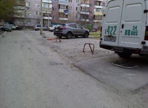 Автохамы самовольно огородили VIP-стоянку во дворе многоэтажки в Волжском