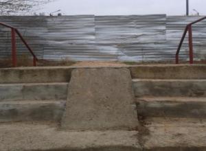 «Самовольники» перекрыли забором единственную дорогу к школе в Волжском