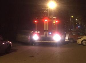 К полыхавшей девятиэтажке в Волжском спасатели не могли проехать из-за мастеров парковки