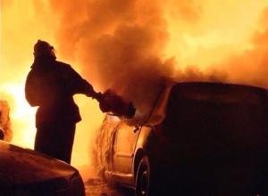 Пожар на четыре миллиона: две иномарки спалили ночью в Волжском