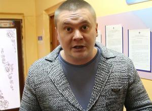 Депутат три часа простоял у дверей заведующей детсада в Волжском, в котором изолировали детей