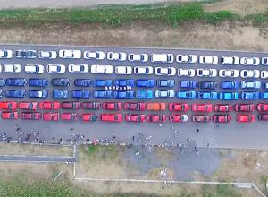Флешмоб в Волжском, когда автомобили выстроились в российский триколор, сняли с высоты птичьего полета