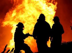 Дверь квартиры и бытовые вещи сгорели в Волжском