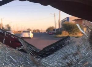 Отчаянные парни, разбившие машину всмятку, втопили 100 по дороге в Волжском