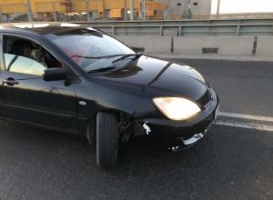 В Волжском на мосту иномарка попрощалась с колесом