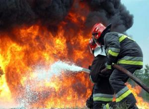 Двухэтажный коттедж сгорел в дачном обществе Волжского