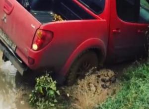 Машина волжанина провалилась в грязевую яму и застряла