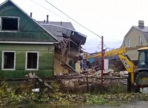 Рабочего придавило деревом при разборе дома в Среднеахтубинском районе