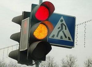 Светофор-гирлянда позабавил волжан на оживленной дороге