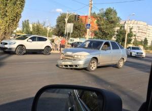 «Двенадцатая» и «Рено» столкнулись на оживленном перекрестке в Волжском