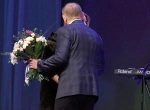 Известной певице Алене Апиной заплатили 666 тысяч рублей за поцелуй с мэром Волжского