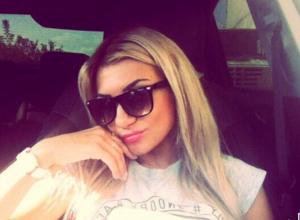 Блондинка из Волжского впала в шок, когда узнала, что парковаться на тротуаре нельзя