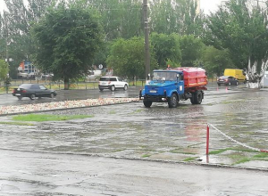 Работник №1 полил во время дождя клумбы Волжского