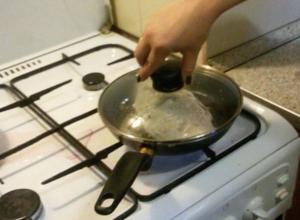 Прыгающий на сковороде распотрошенный карась шокировал «гурмана» в Волжском