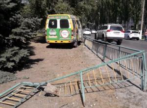 Водитель маршрутки покалечил пассажирку, снесся забор в центре Волжского