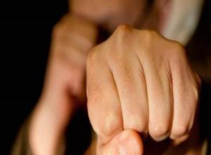 Жених ударил кулаком в грудь сумасшедшего гостя на свадьбе в Волжском
