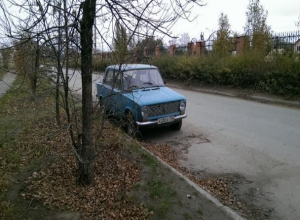 Брошенный голубой ВАЗ на проезжей части возмутил водителей Волжского