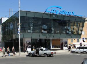 У «Спутника» в Волжском поставят лавочку примирения и положат новый газон