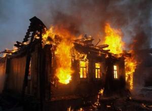 Больше двух часов пожарные тушили дачу в Волжском