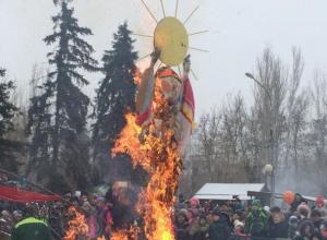 Волжане сожгли чучело Масленицы, распрощавшись с зимой