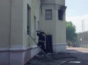 Пятые сутки на стадионе в Волжском бушует огонь